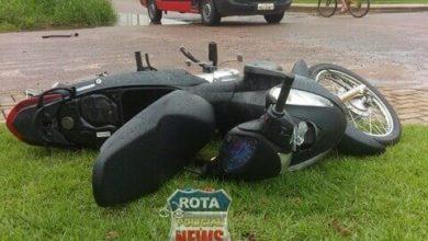 Foto de Motoneta vai parar em cima de calçada após colisão contra carro