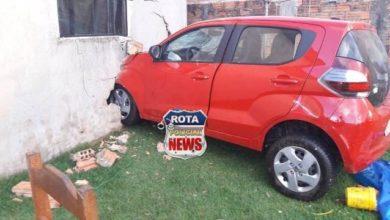Photo of Mulher tenta pegar experiência dirigindo carro, derruba muro e invade quarto da casa da vizinha