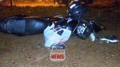 Foto de Motociclista sofre corte na boca e no pescoço ao acertar cerca de arame farpado e leva choque