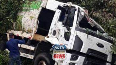 Photo of Caminhão de lixo da prefeitura de Chupinguaia tomba nas proximidades do distrito de São Lourenço