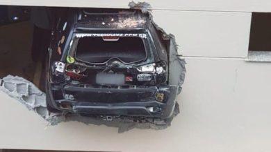 Photo of Brasil: carro bate em parede de garagem no Centro do Rio e fica pendurado