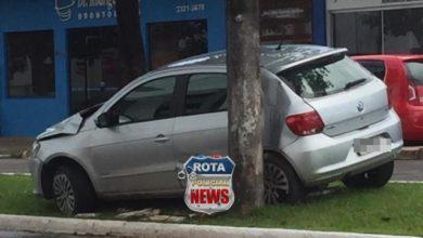 Photo of Motorista atinge árvore na avenida Major Amarante em Vilhena após ter carro atingido por outro veículo