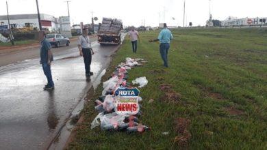 Foto de Caminhão de distribuidora derruba carga de refrigerante ao realizar conversão