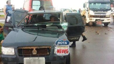 Photo of Caminhão atinge carro em cruzamento e três pessoas sofrem ferimentos