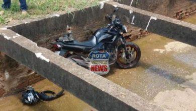 Photo of Motociclista cai com moto em canal da macrodrenagem na avenida Brigadeiro e sofre escoriações