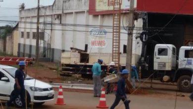 Foto de Motorista de carreta derruba poste na Vila Operária e deixa bairros sem energia elétrica