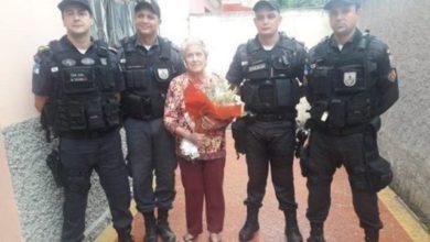 Photo of Após ser feita refém, idosa recebe visita de PMs em casa no RJ