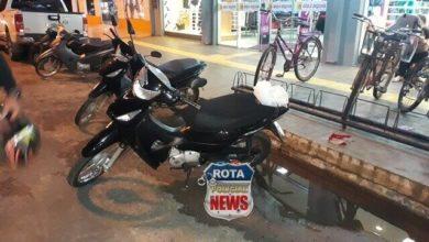 """Photo of Serviço porco: motoneta cai após motociclista estacionar em asfalto """"recuperado"""" no Centro"""
