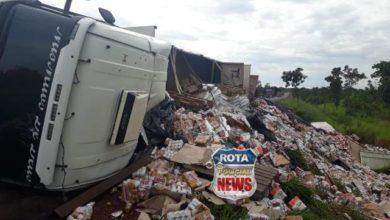 Photo of Populares saqueiam carga de cerveja após carreta tombar na BR-364 entre Vilhena e Pimenta Bueno