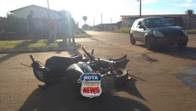 Photo of Carro e moto colidem e uma pessoa fica ferida após bater a cabeça contra o meio-fio