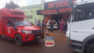 Photo of Motorista de caminhão atinge carro e veículo invade loja de motos, mulher fraturou o braço