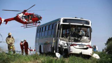 Foto de Brasil: acidente com ônibus escolar mata 2 mulheres e deixa 16 alunos feridos