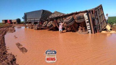 Photo of Motorista vilhenense tomba carreta carregada de grãos em estrada de chão no Mato Grosso