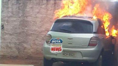 Photo of Veículo pega fogo dentro de residência e atinge muro