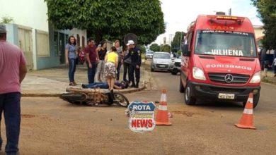 Foto de Motoneta e carro colidem no Centro e uma pessoa fica ferida