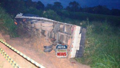 Foto de Caminhão com carga tóxica tomba na BR-364 e PRF isola a área