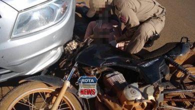 Foto de Motociclista passa mal e atinge traseira de carro, se arrasta com a moto e atinge outro