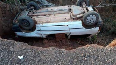Foto de Em Colorado do Oeste, carro com família tomba em cratera formada na Linha 5