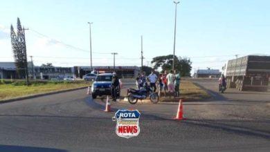 Photo of Duas quedas de moto são registradas após caminhão derramar óleo na pista em descida de rotatória da BR-364