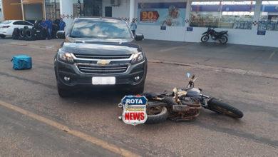 Photo of Motociclista sofre queda e moto atinge camionete no Centro da cidade