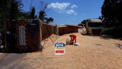 Photo of Carreta carregada de grãos tomba na BR-174 entre Campo Novo e Sapezal