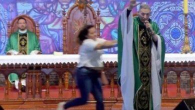 Photo of Veja o vídeo: Padre Marcelo Rossi é empurrado durante missa e cai de palco