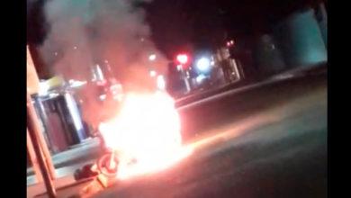 Photo of Vídeo: Mulher incendeia moto e morde policial após abordagem