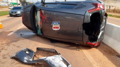 Photo of Idosa perde controle e capota carro após colisão com caminhão