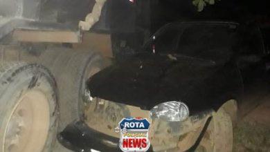 Foto de Motorista que dirigia caminhão a serviço da prefeitura de Vilhena invade chácara e atinge carro