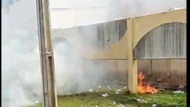 Foto de Comando Vermelho envia carta e toca fogo em colchões no presídio de Vilhena; mulheres pressionam governo
