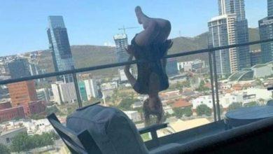 """Photo of Mulher cai da sacada de prédio após posar para foto de 'ioga extrema"""" e quebra 110 ossos"""