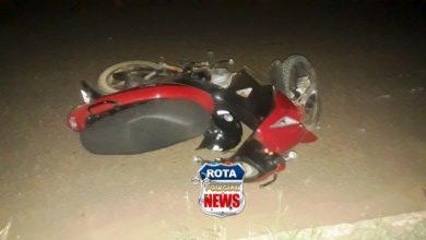 Photo of Dupla em Biz sofre ferimentos após colidirem com carro cujo motorista estava saindo do acostamento