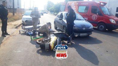 Photo of Motociclista sai de calçada em alta velocidade e atinge carro, sofrendo ferimentos na perna