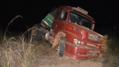 Photo of Roda de micro-ônibus se solta e atinge carreta bi-trem que tomba após sinistro