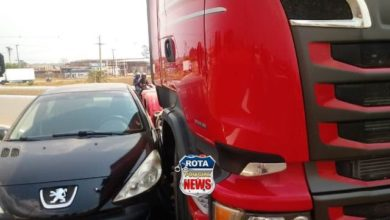 Photo of Motorista tenta realizar ultrapassagem indevida em rotatória da BR-364 e tem carro atingido