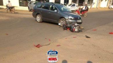 Foto de Motociclista é encaminhada ao hospital após ser atingida por carro