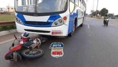 Photo of Motociclista cai com moto na frente de ônibus na BR-364 em Vilhena
