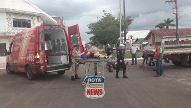 Foto de Motociclista sofre possível fratura no braço após atingir caminhão no Centro