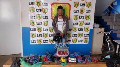 Foto de Acusado de furtar fios de energia, homem é contido por populares e preso pela PM