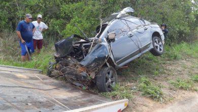 Photo of Motorista morre após carro se chocar contra barranco e árvore na BR-319