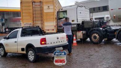 Foto de Motorista de caminhão boiadeiro atinge carreta em pátio de posto em Vilhena