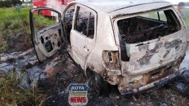 Foto de Veículo é completamente destruído por incêndio no setor Embratel em Vilhena