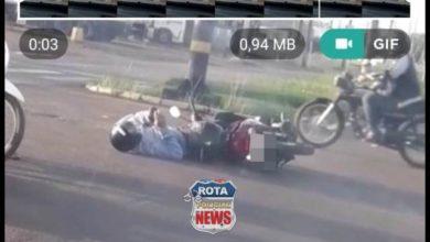 Photo of Após acidente, motociclista conversa no WhatsApp mesmo caído ao lado de moto em Vilhena