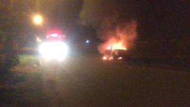 Photo of Urgente: bombeiros controlam fogo em veículo na avenida Paraná