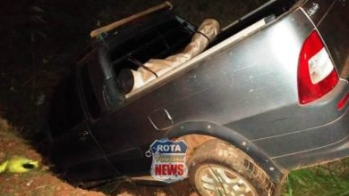 Photo of Motorista de picape vai parar dentro de buraco em Colorado do Oeste