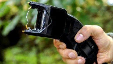 Photo of Marido é esfaqueado ao torturar esposa com arma de choque e revólver