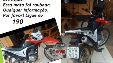 Photo of Bandidos apontam arma na direção da cabeça de mãe e filha para roubar motocicleta