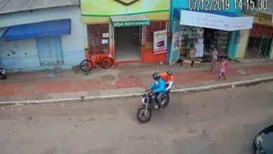 Photo of Vídeo: Câmeras flagram assaltante sendo imobilizado por funcionários após roubar açougue