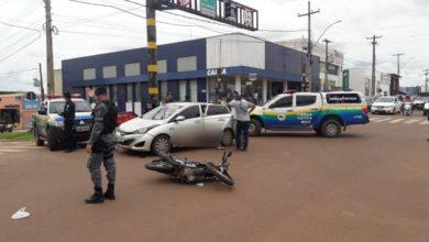 Photo of Acidente entre carro e moto no semáforo deixa uma pessoa gravemente ferida
