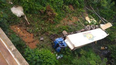 Photo of Caminhoneiro perde o controle da direção, cai de ponte na BR-364 e caminhão fica despedaçado